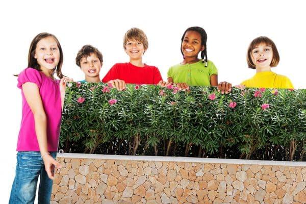 myfence Sichtschutz Rosaly mit Kindern