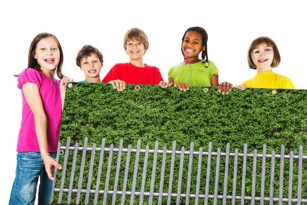 myfence Sichtschutz Edeltraud mit Kindern