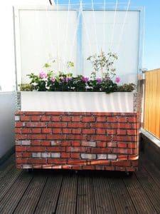 Sichtschutz mit Ziegel bedruckt und aufgehängt auf Balkon
