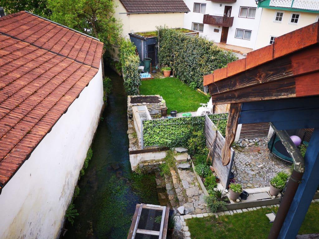 Ein bedruckter Sichtschutzzaun von myfennce dient zur Gartenabtrennung