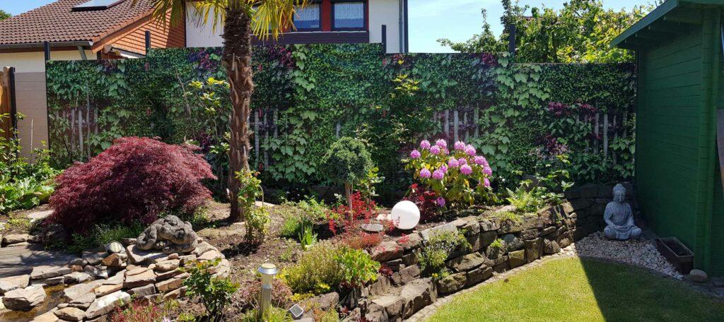 Kundenfotos Sichtschutz in Garten mit Heckenmotiv